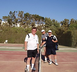 После матча. С партнерами по теннису в жарком Тунисе